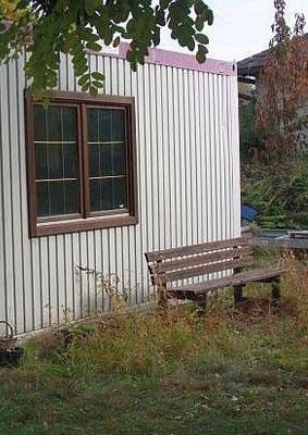 Du willst dein eigenes kleines Zuhause selbst bauen? Aber wie geht das ohne Erfahrung beim Bauen? Eine Möglichkeit: ein Büro-Container als Tiny House.
